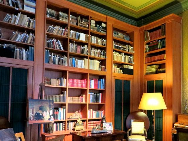 処分する本棚