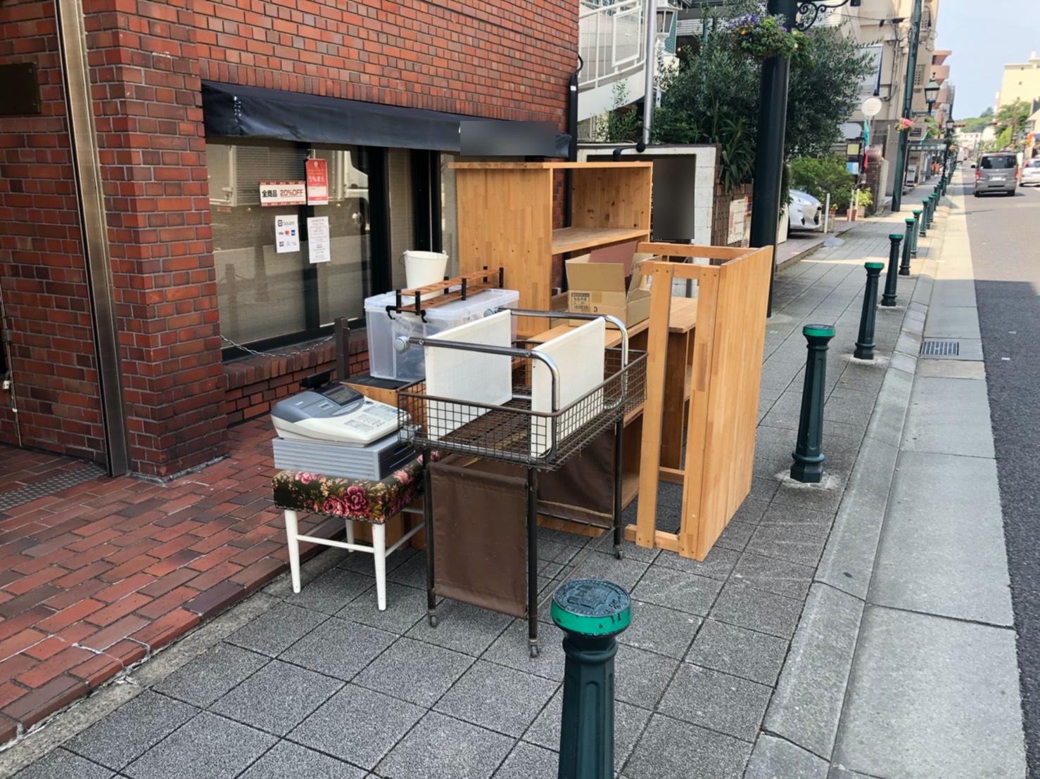 レジ、テーブル、収納ボックス、棚の回収前