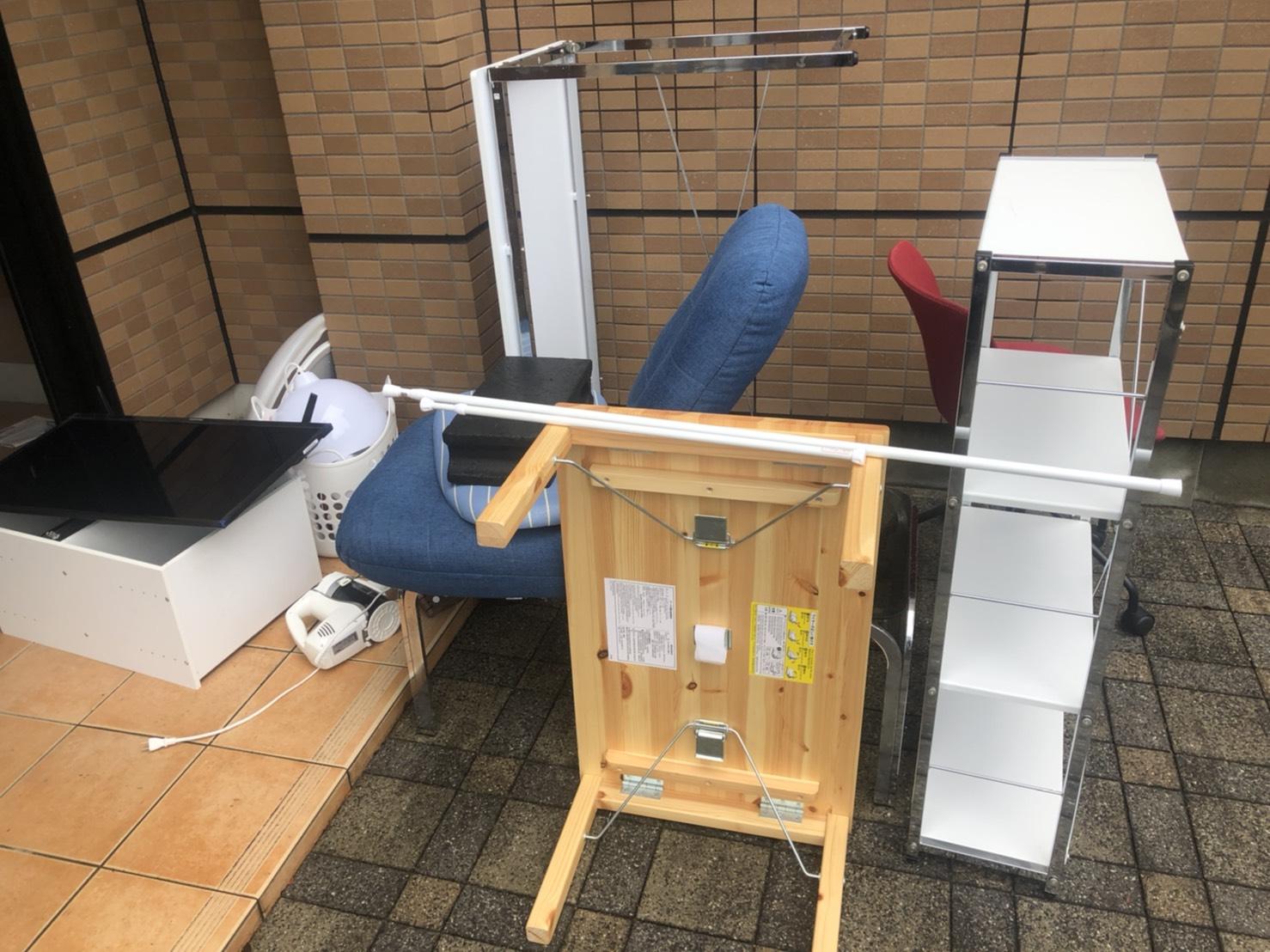 机、椅子、棚の回収前