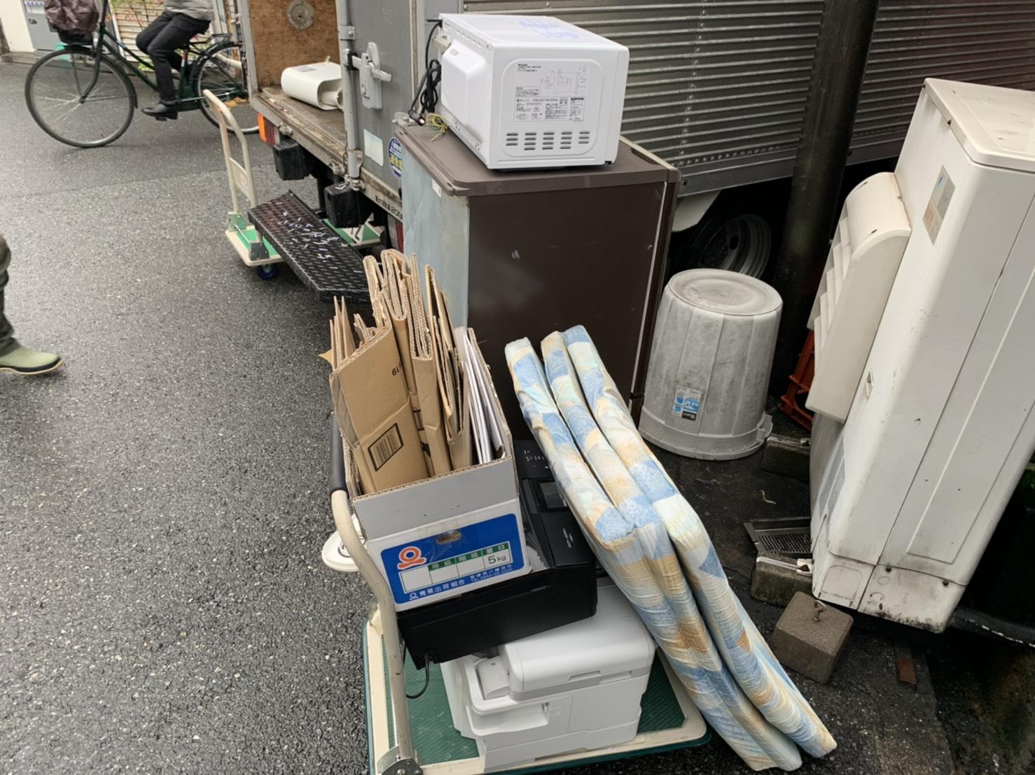 室外機、冷蔵庫、レンジ、プリンターの回収前