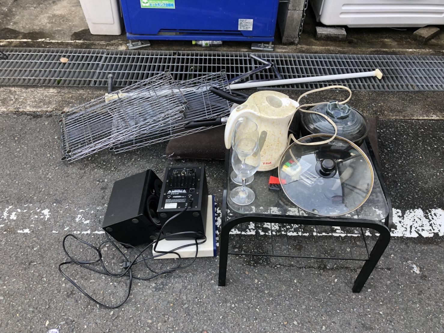 テーブル、スチールワゴン、電気ポットの回収前