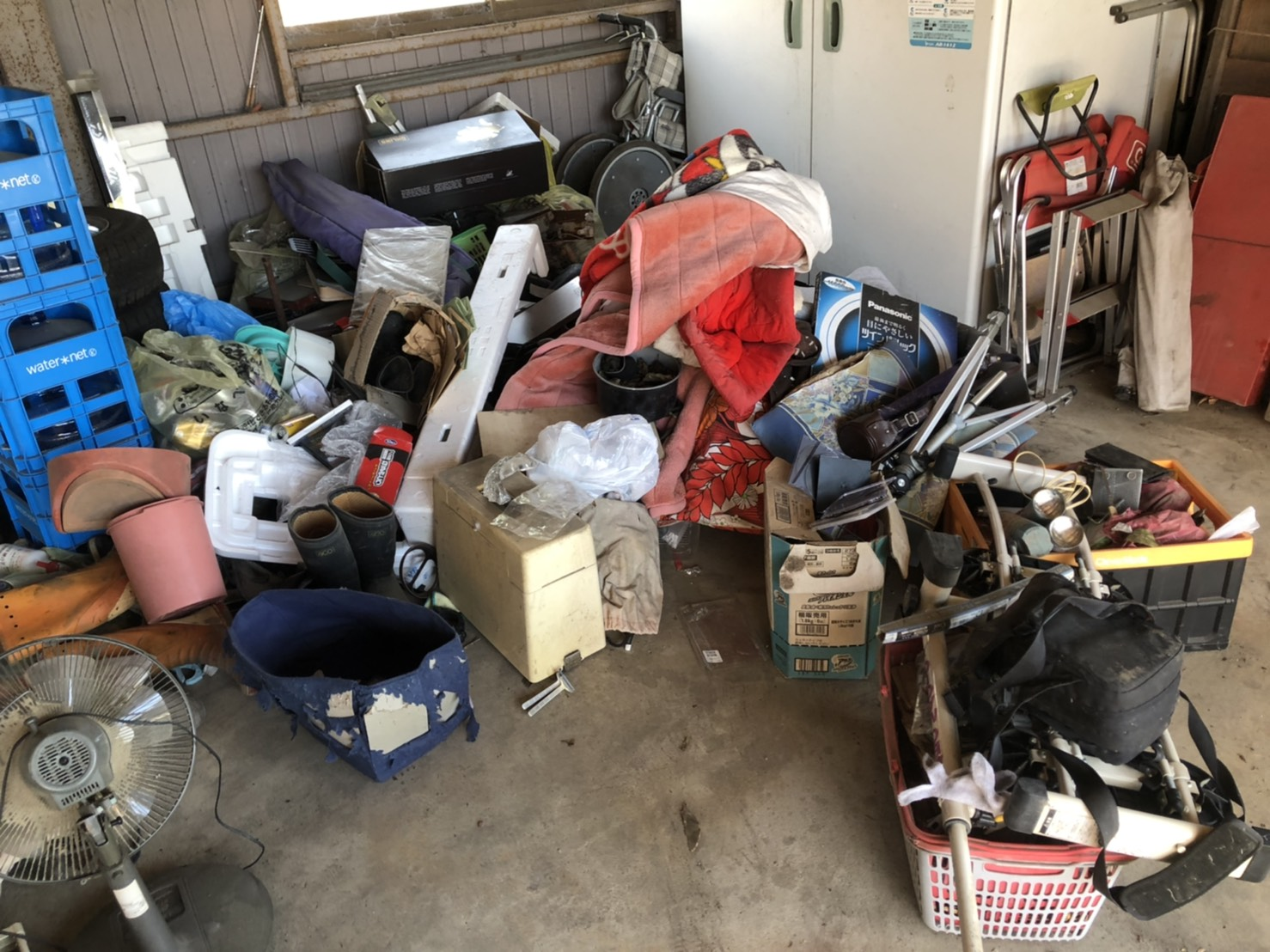 ガレージ内の不用品の回収前