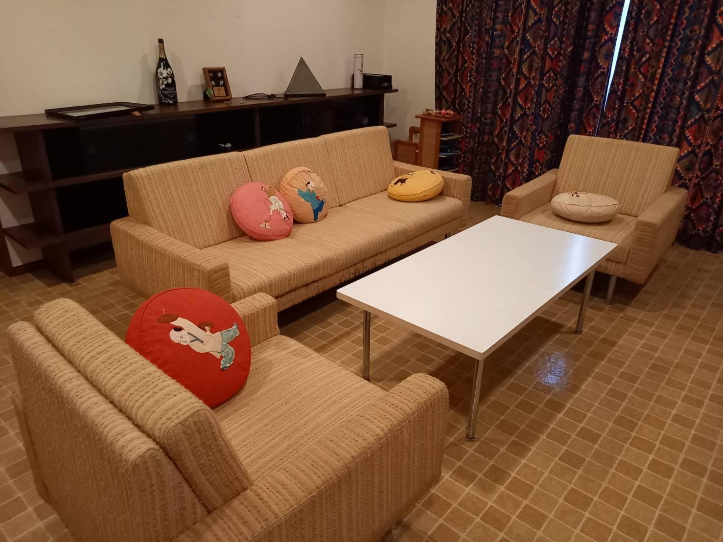 棚、ソファー、テーブル、クッションの回収前