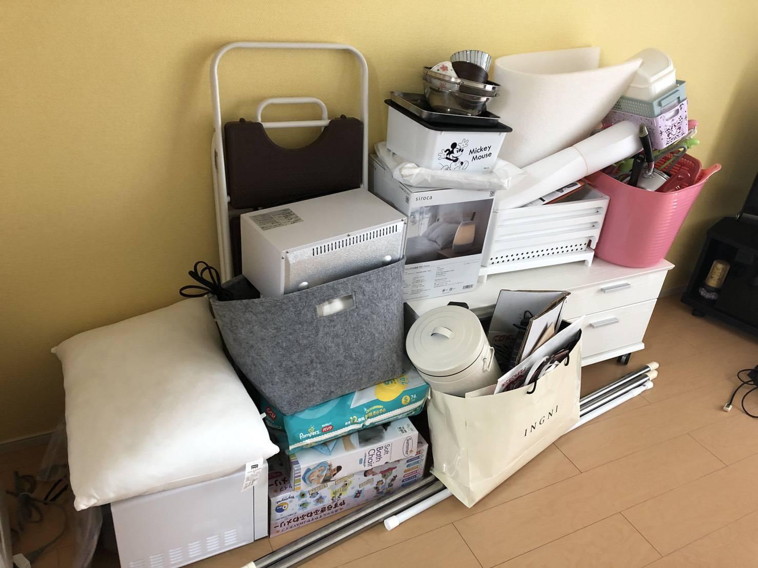 テレビ台、枕、その他不用品の回収前