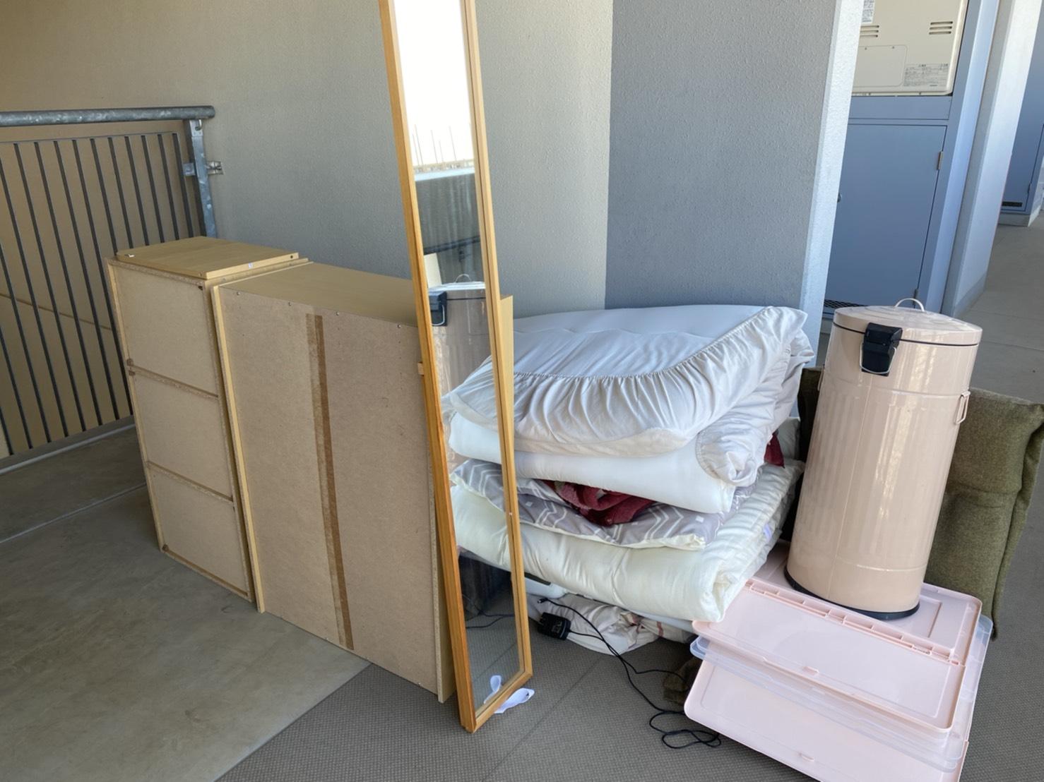 カラーボックス、布団、全身鏡、ゴミ箱、リクライニングチェアの回収前
