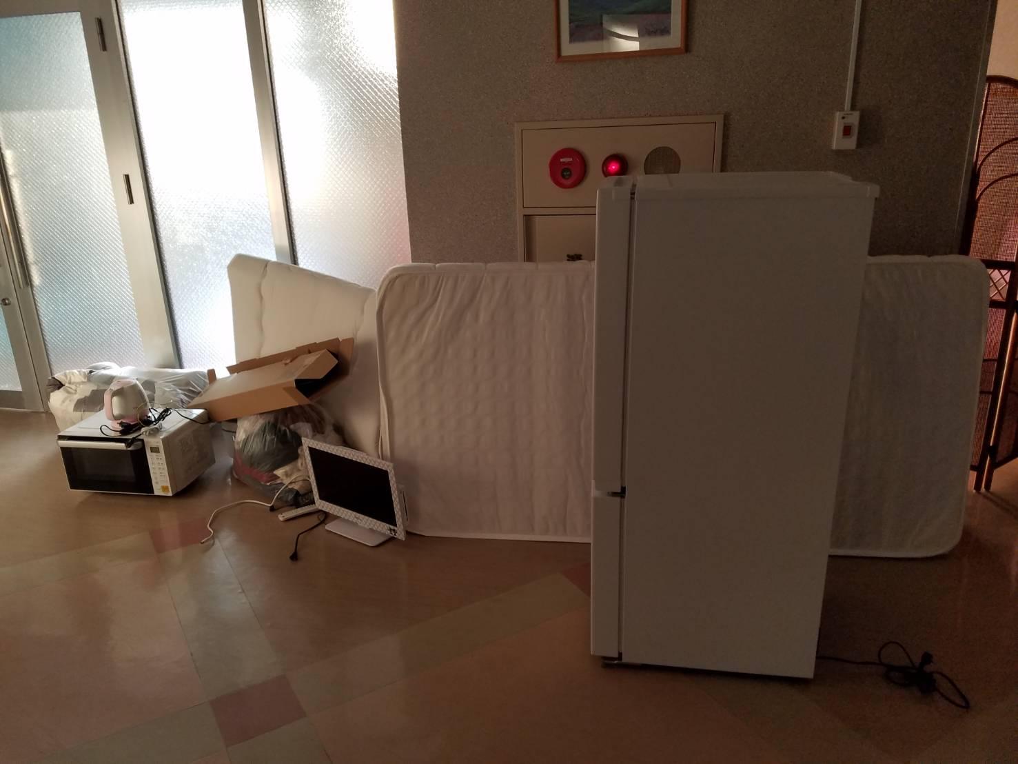 冷蔵庫、マットレス、電気ポット、レンジ、テレビの回収前