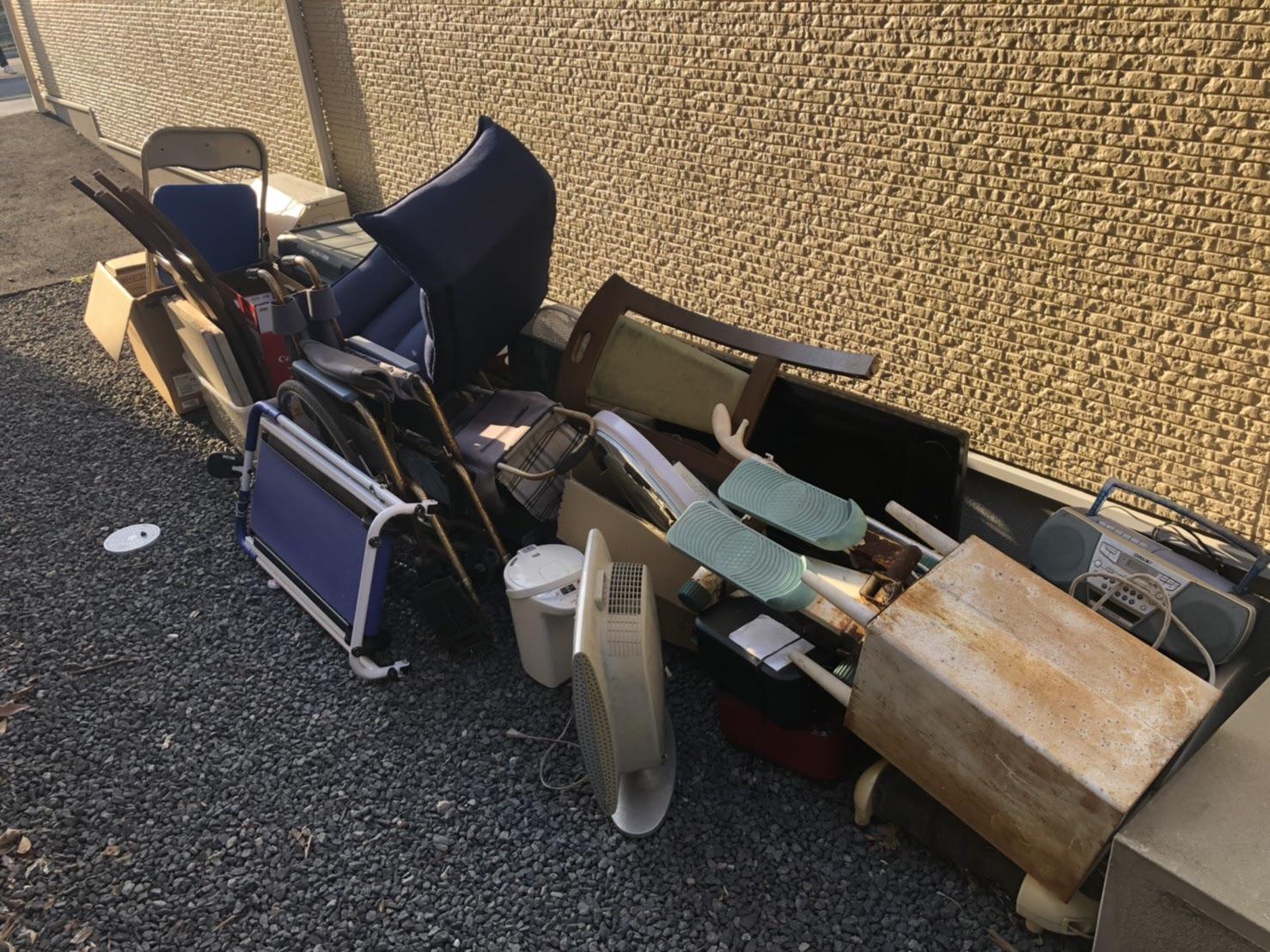 椅子、ラジカセ、その他不用品の回収前