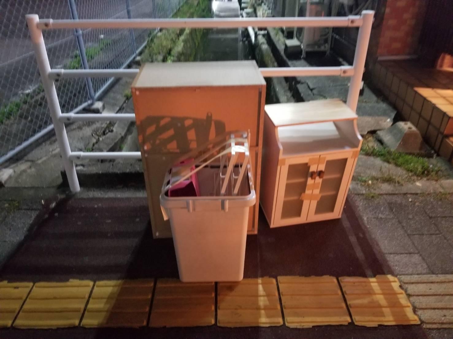 本棚、キャビネット、ゴミ箱の回収前