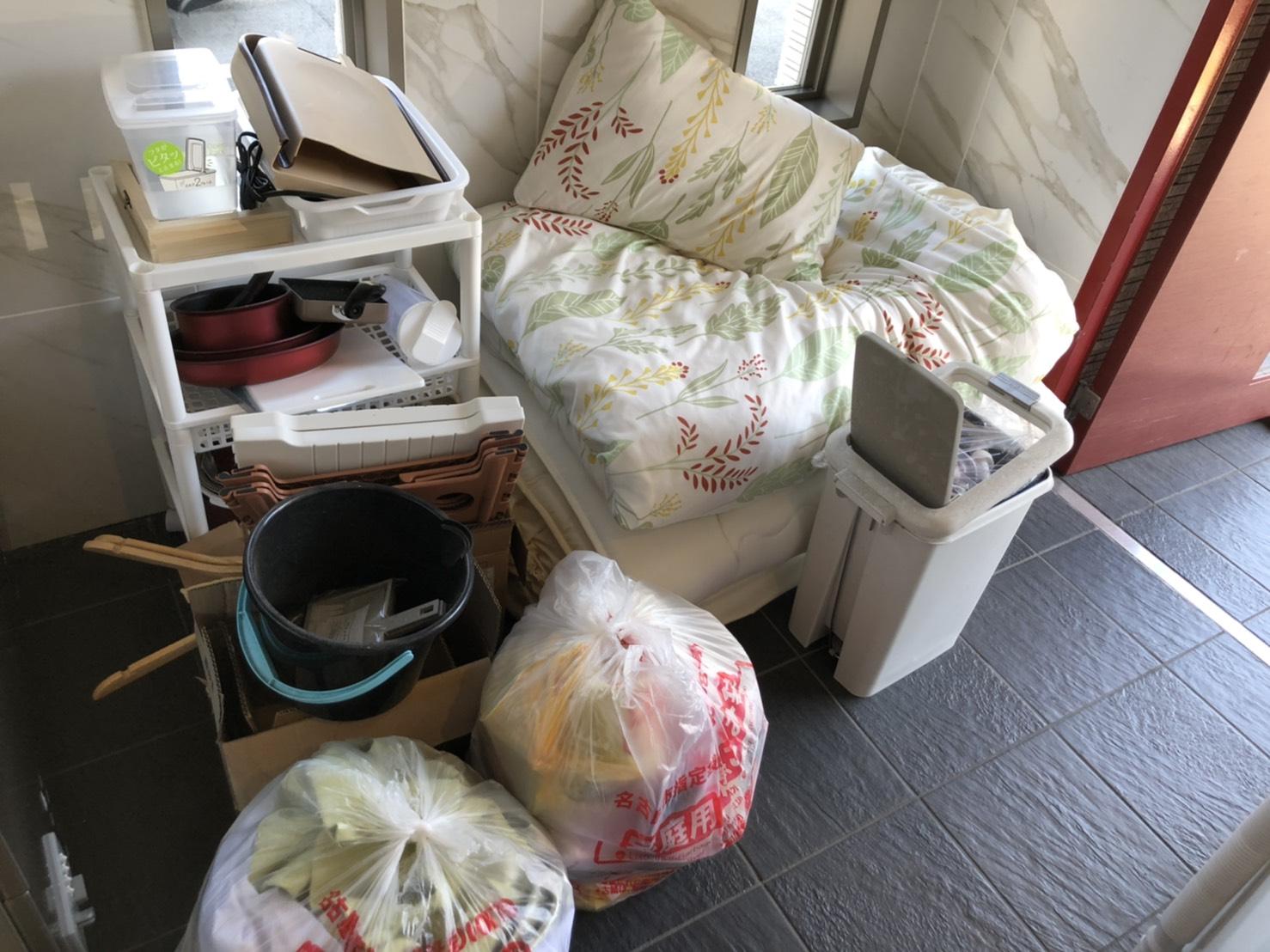 布団、調理器具、その他の不用品の回収前