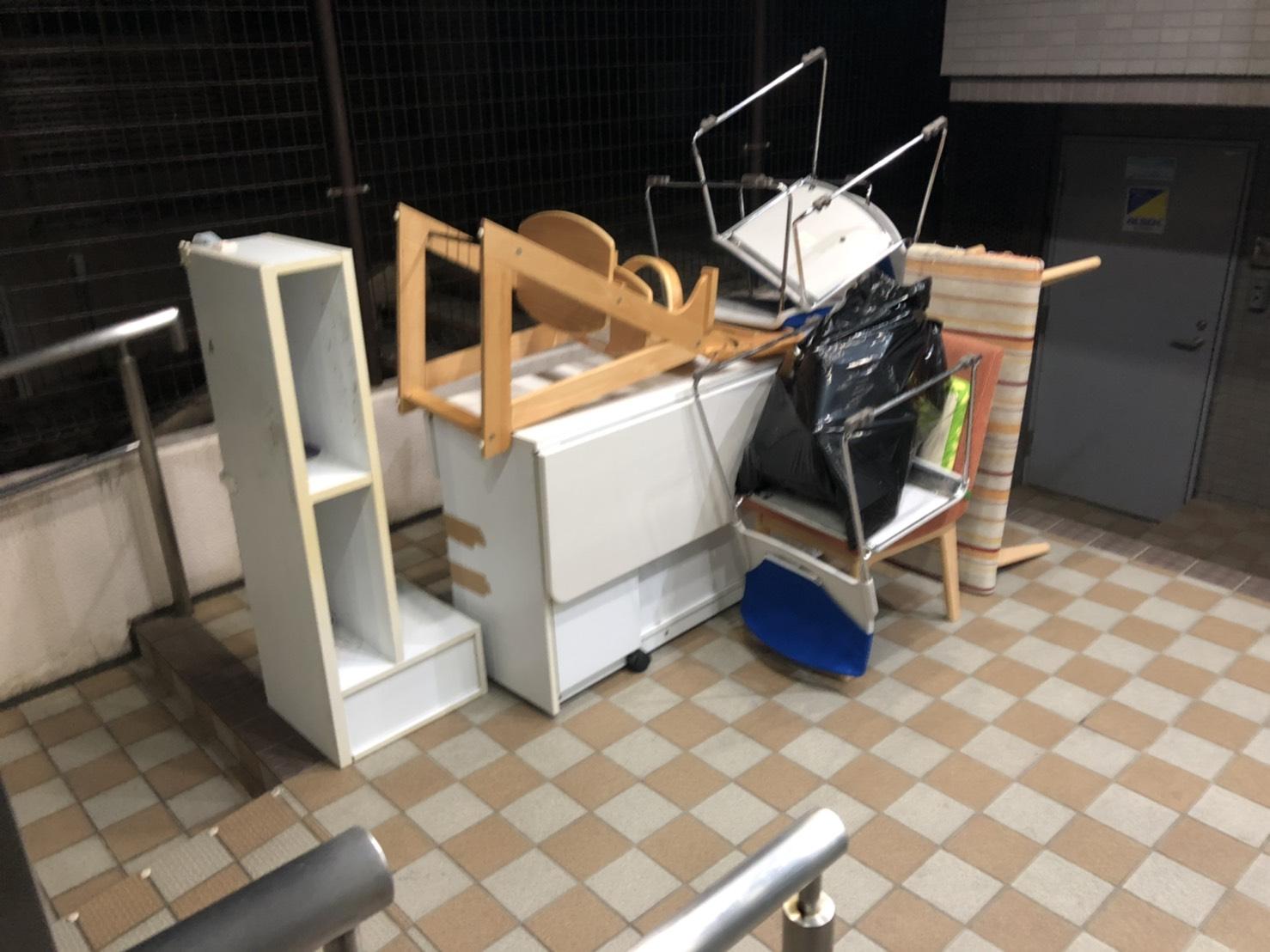 椅子、カラーボックス、ダイニングテーブルの回収前