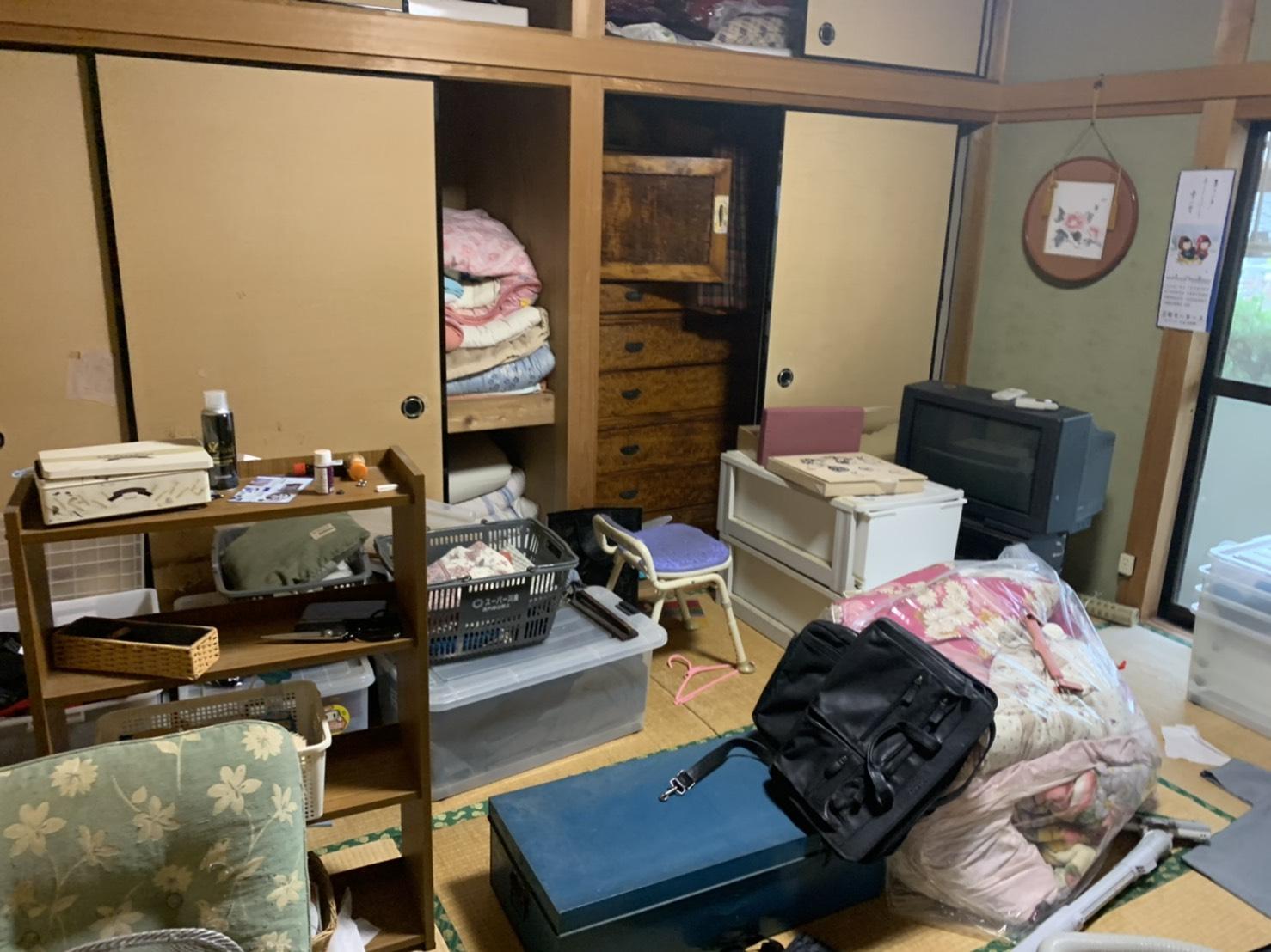 テレビ、タンス、布団、椅子の回収前