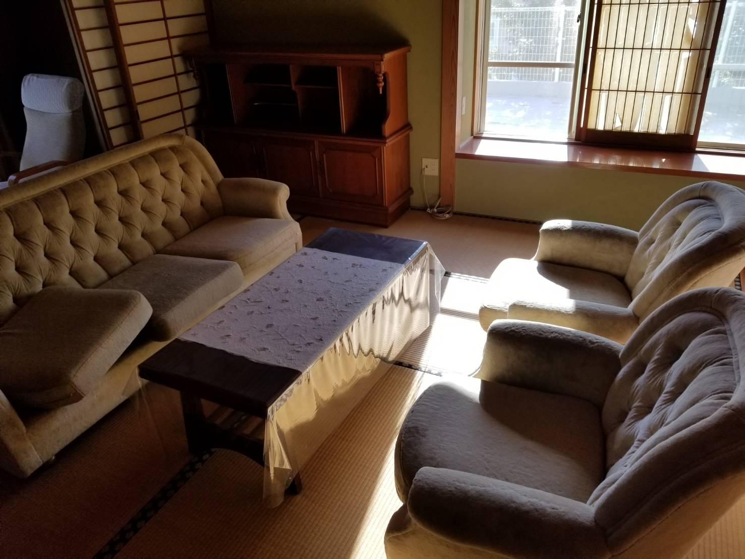 ソファー、テーブル、タンスの回収前