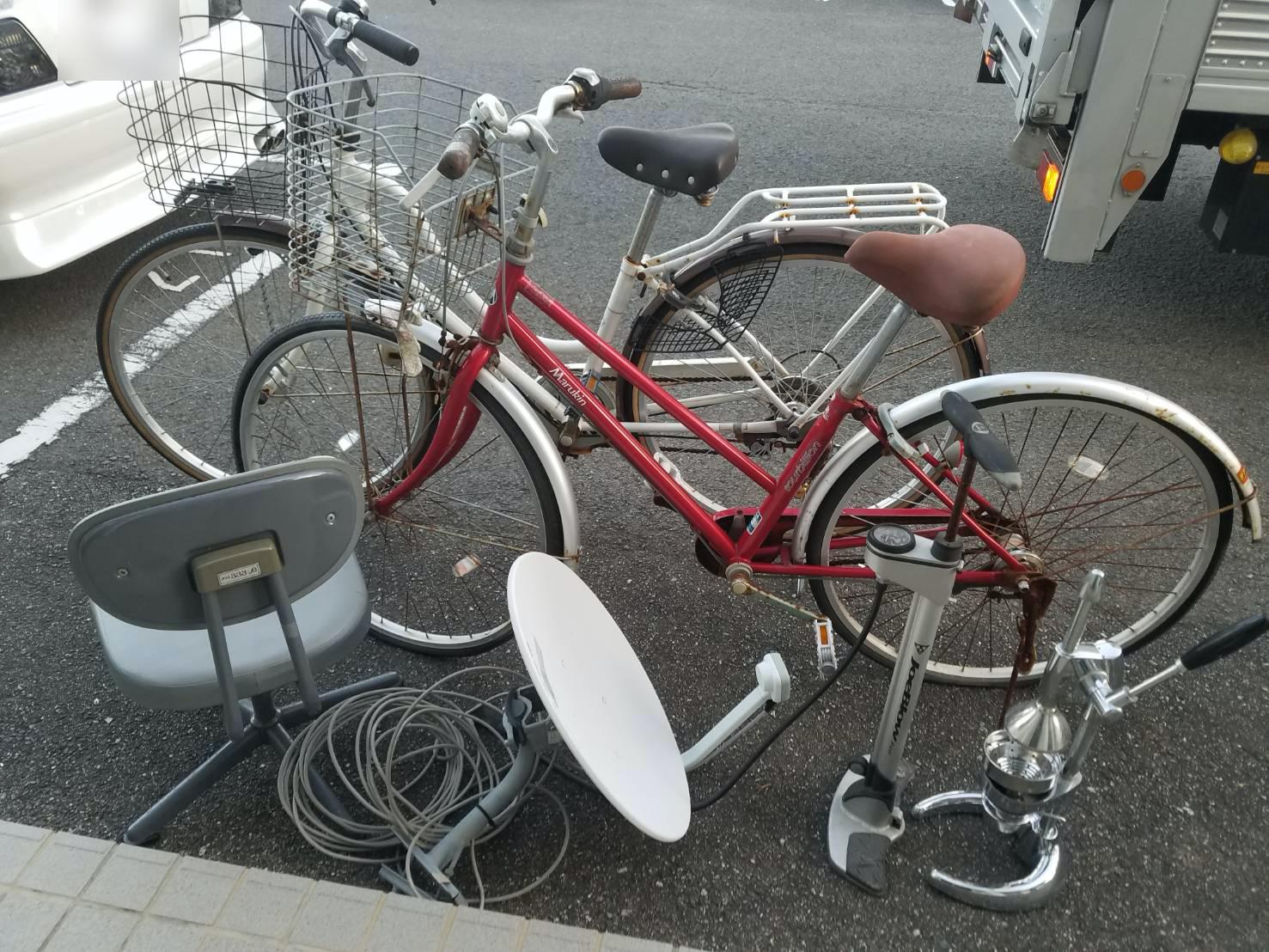 自転車、空気入れ、椅子、アンテナの回収前