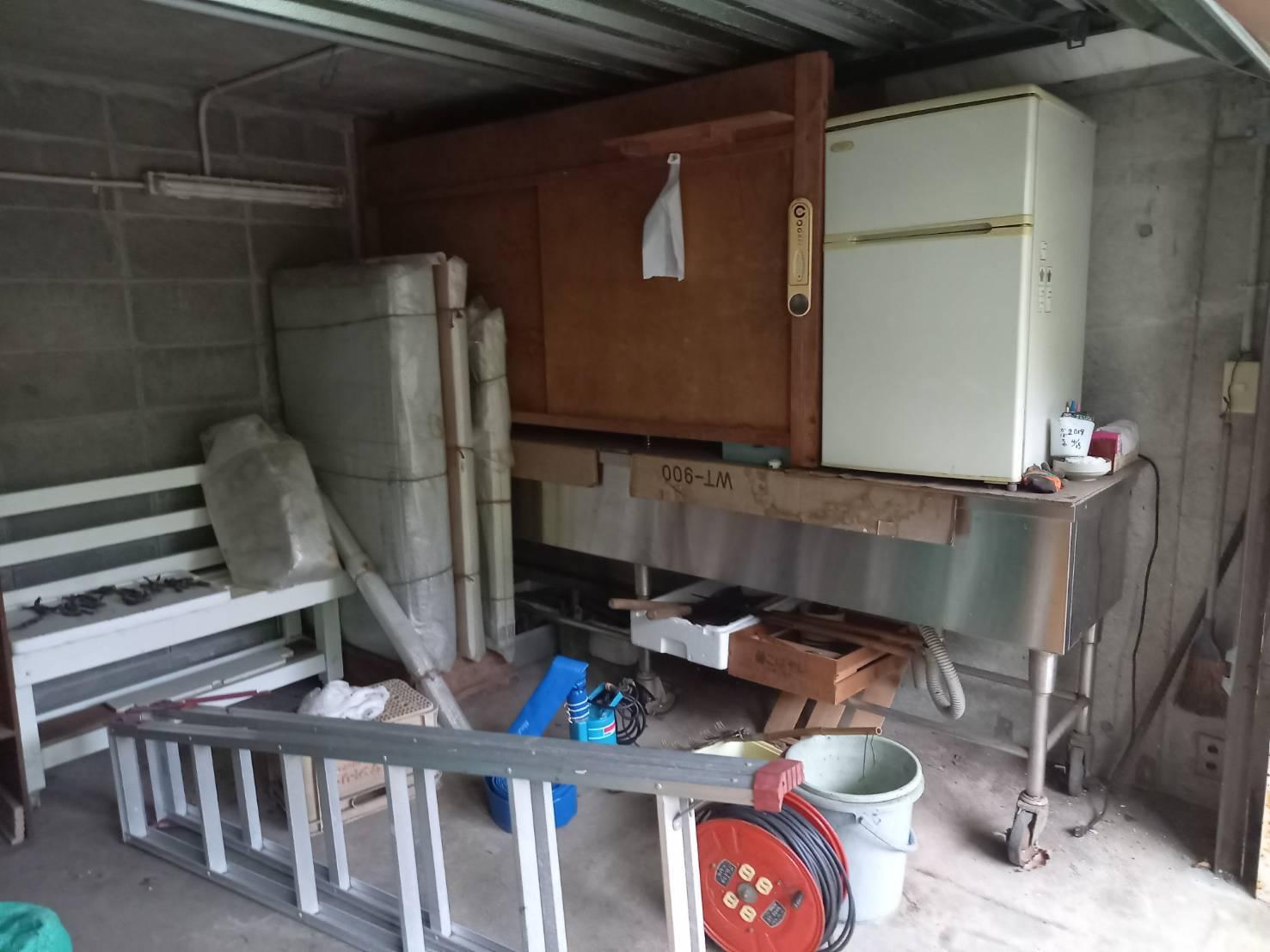 冷蔵庫、ベンチ、脚立の回収前