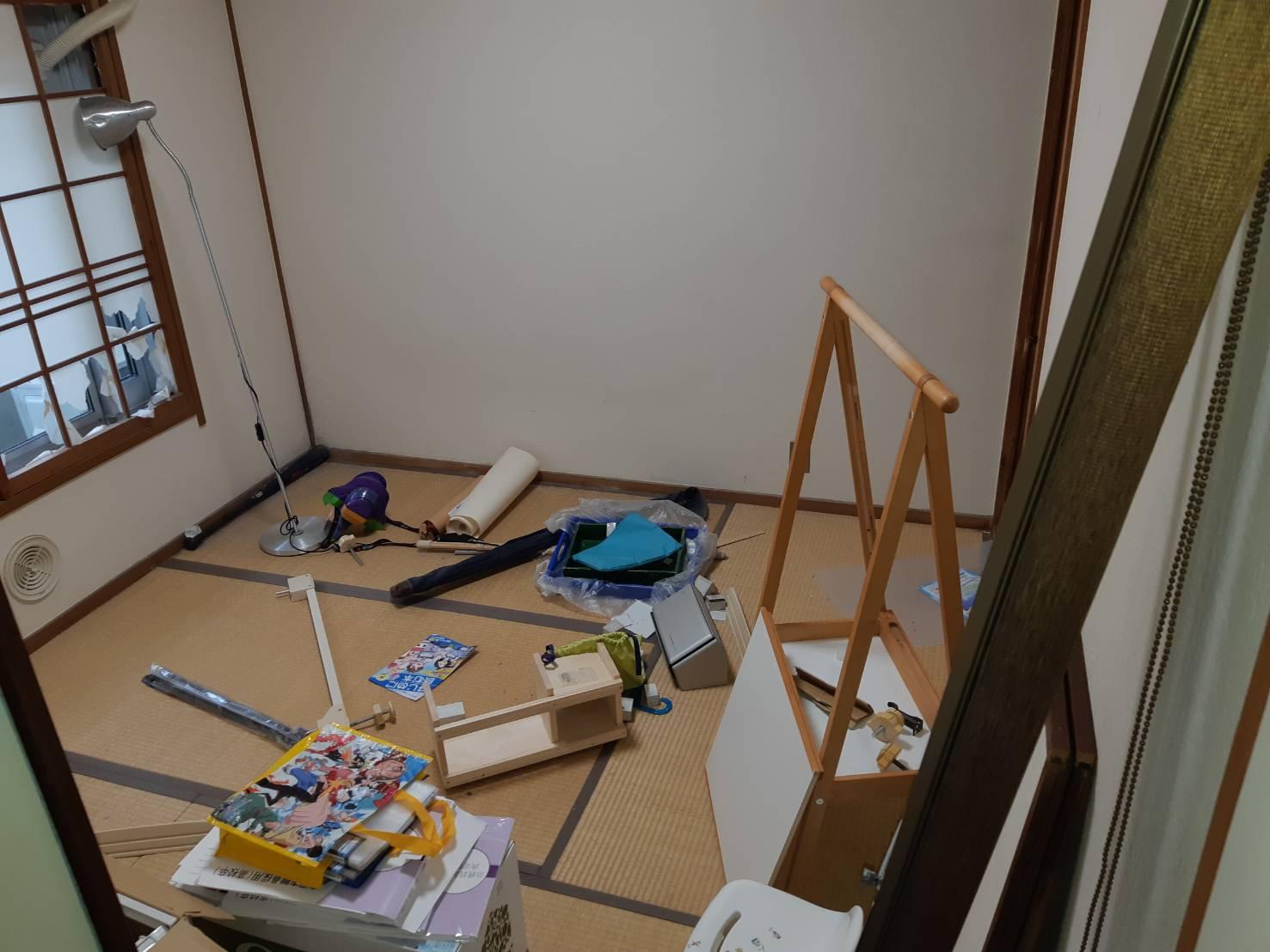 壊れた家具や書類の回収前