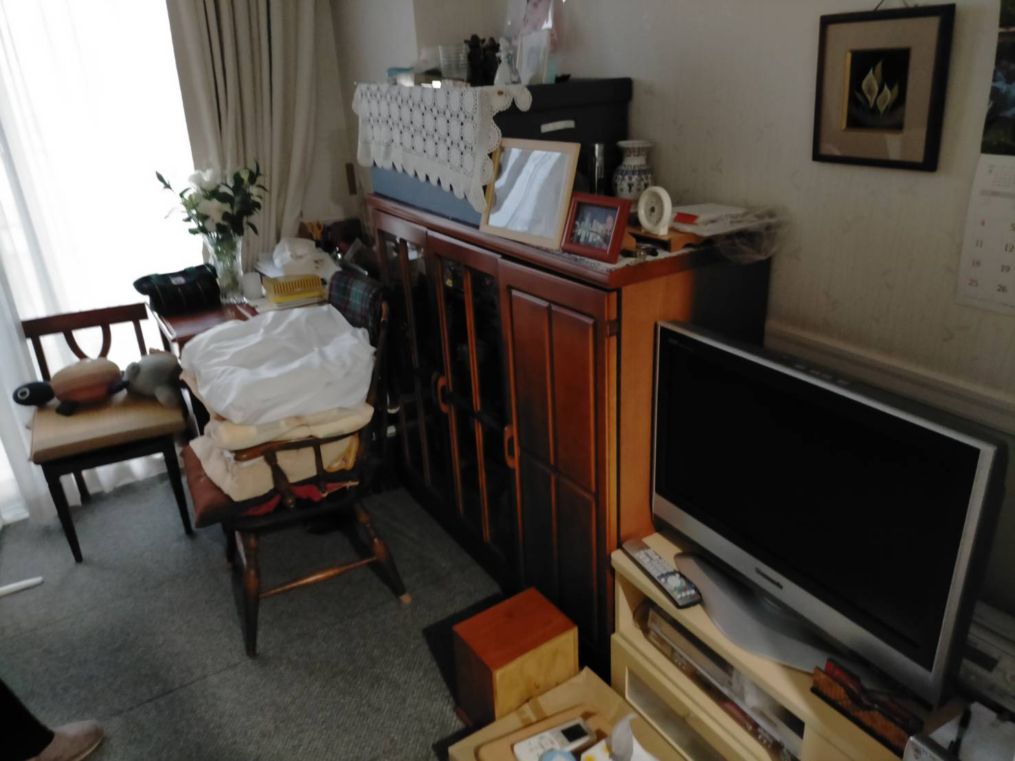 タンス、テレビ、テレビ台、机、椅子の回収前