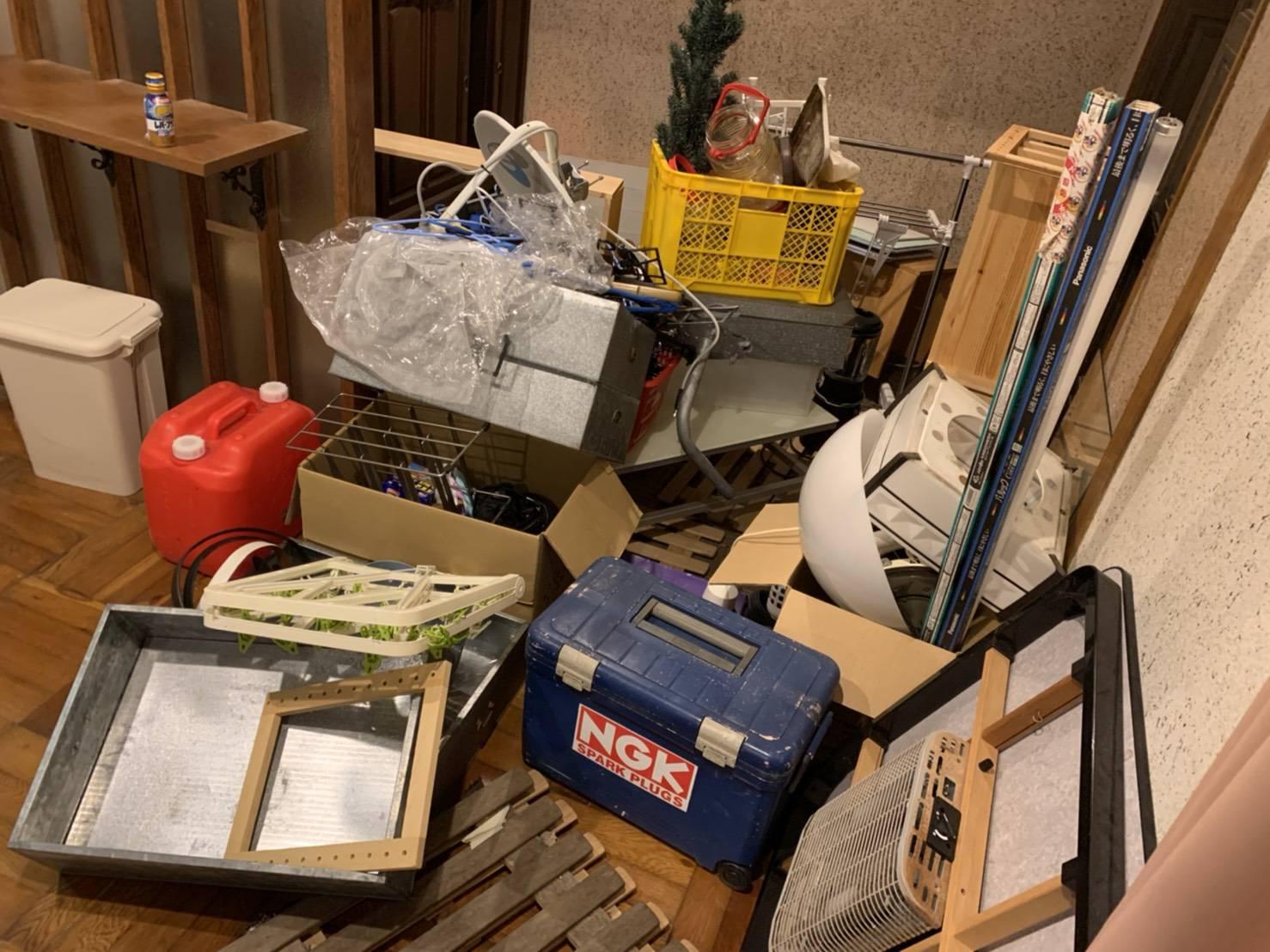 コタツ、収納箱、その他の不用品の回収前