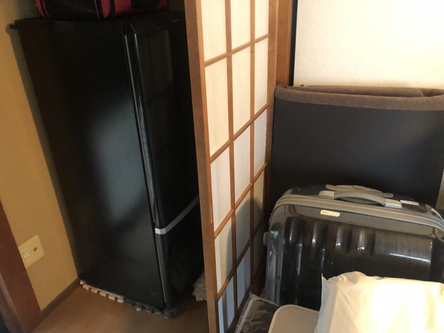 冷蔵庫、スーツケース、寝具の回収前