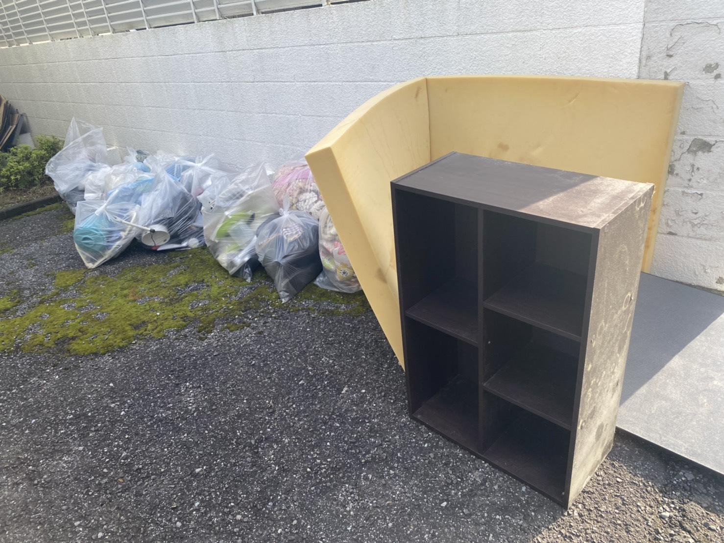 本棚、衣類、その他の不用品の回収前
