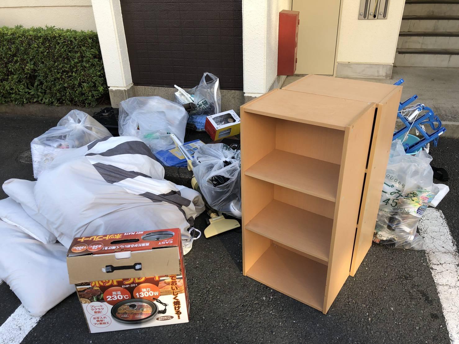 本棚、洗濯ハンガー、調理器具などの回収前
