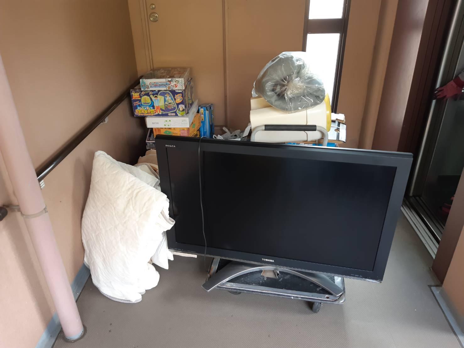 テレビ、寝具、おもちゃの回収前
