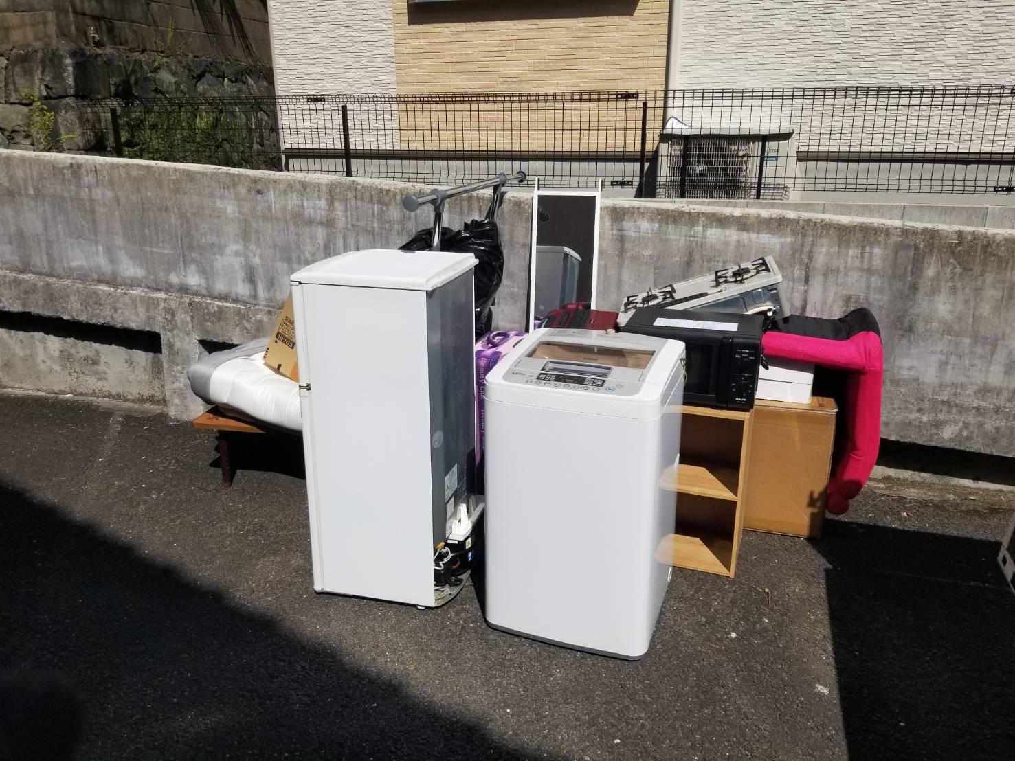 洗濯機、冷蔵庫、プリンター、スーツケース、コンロ、テーブルの回収前