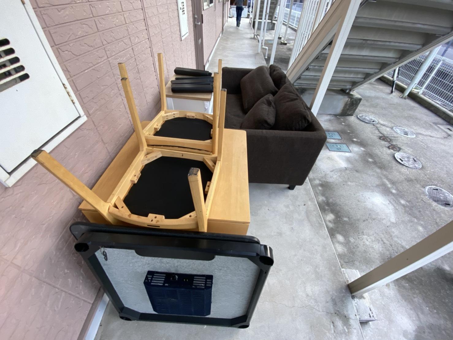 コタツ、テーブル、椅子、ソファー、クッションの回収前