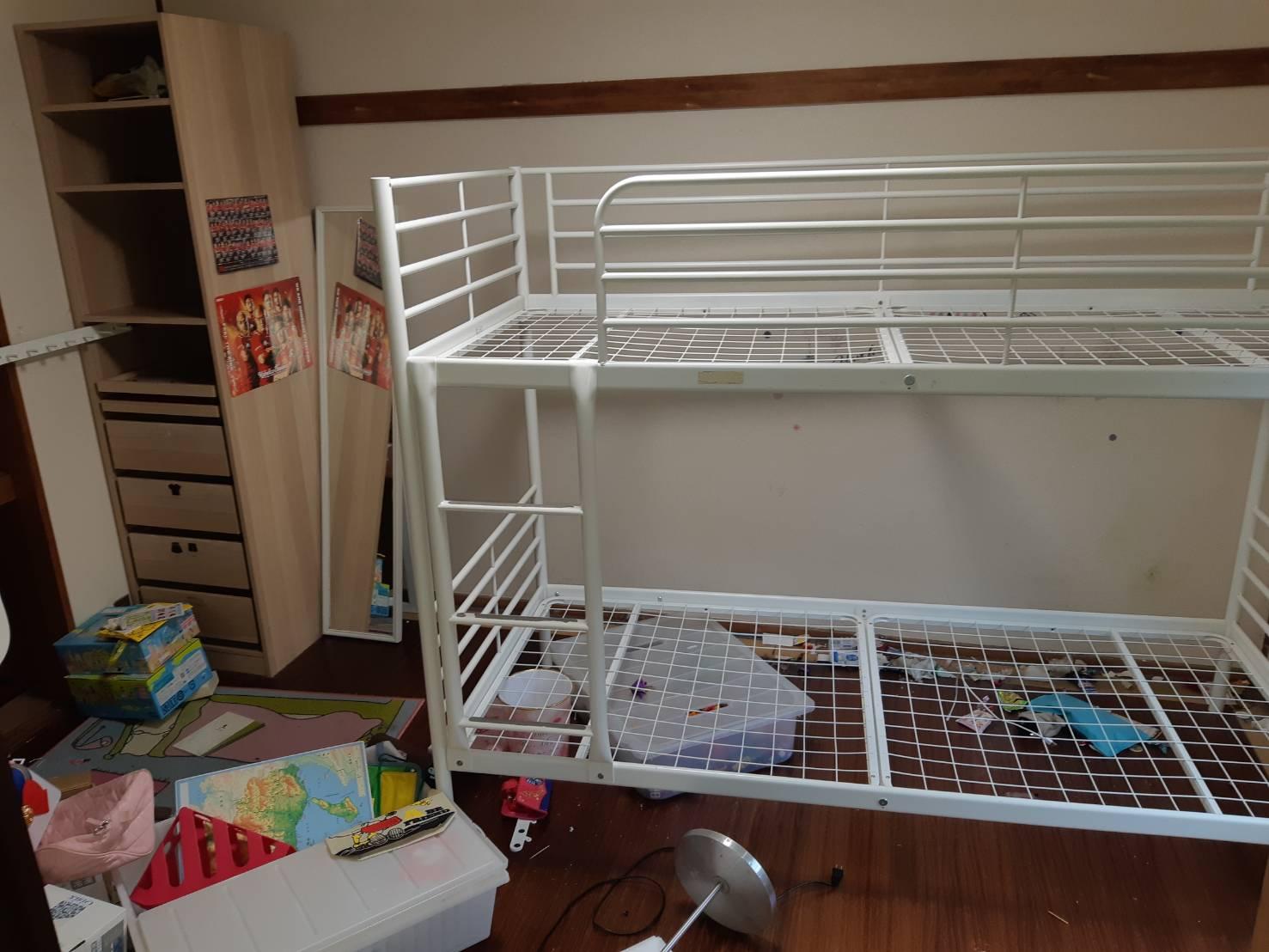 ベッド、収納、雑貨類の回収前