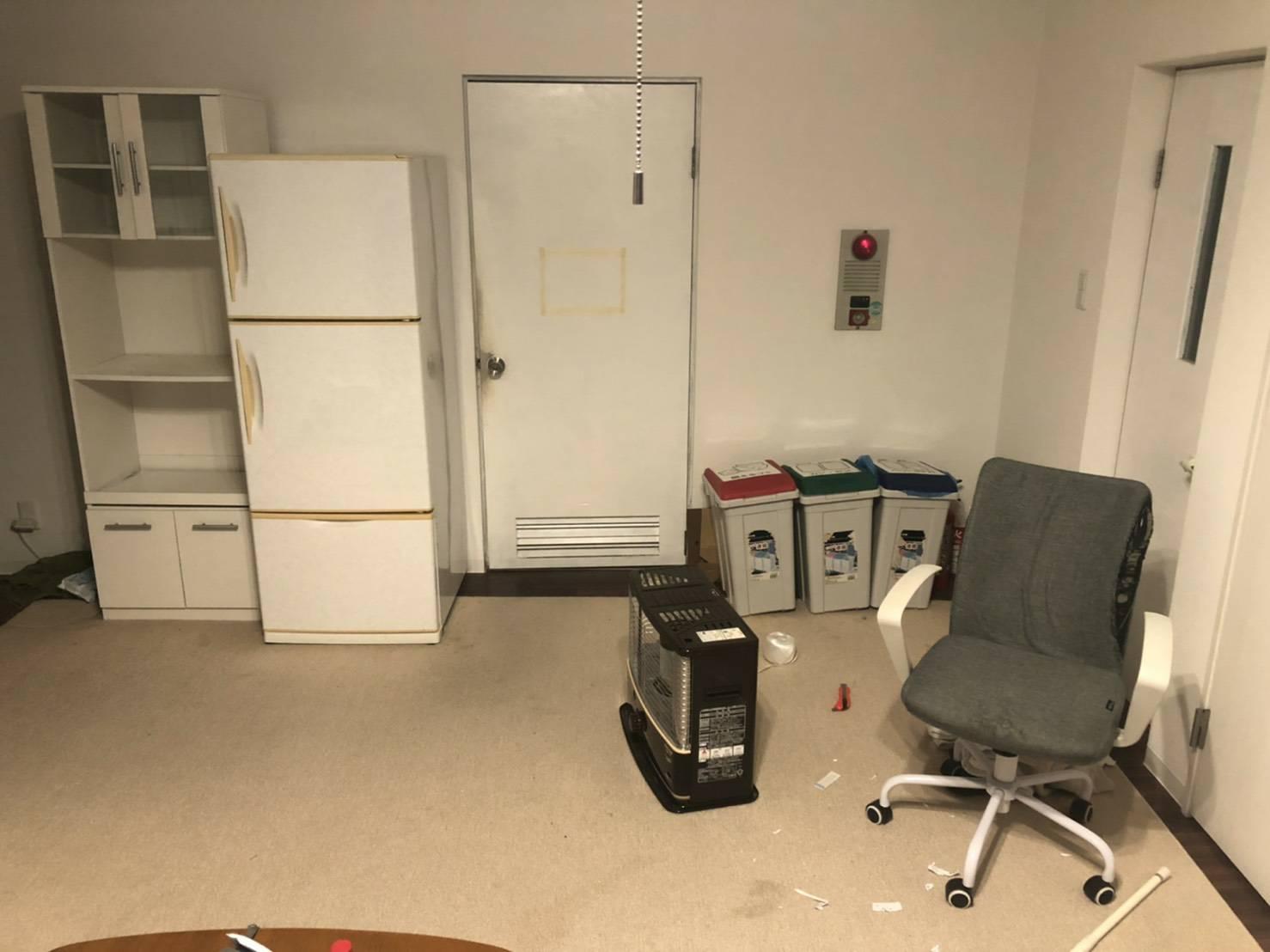 冷蔵庫、食器棚、ストーブ、その他不用品の回収前