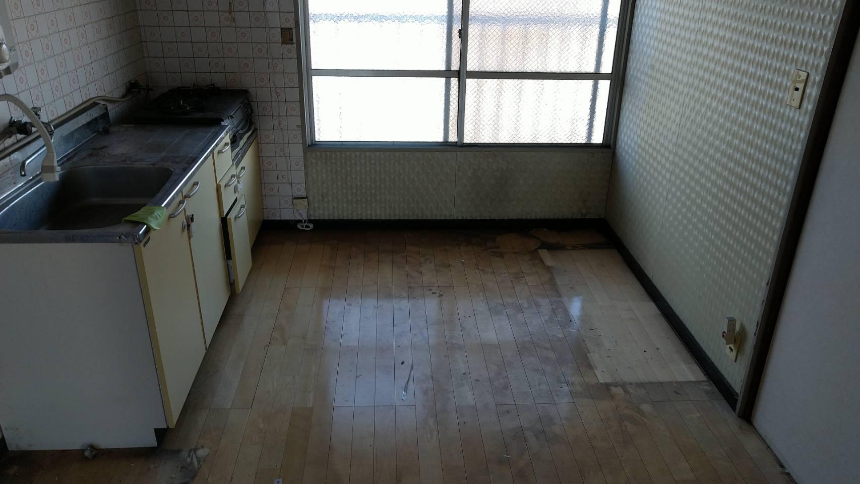 冷蔵庫、電子レンジ、ダイニングテーブル、椅子、食器棚の回収後