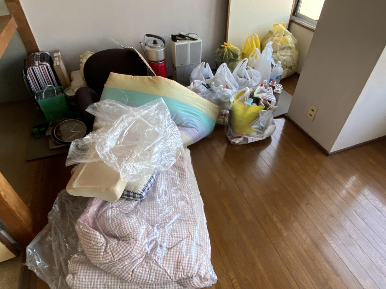 布団、スーツケース、スピーカーの回収前
