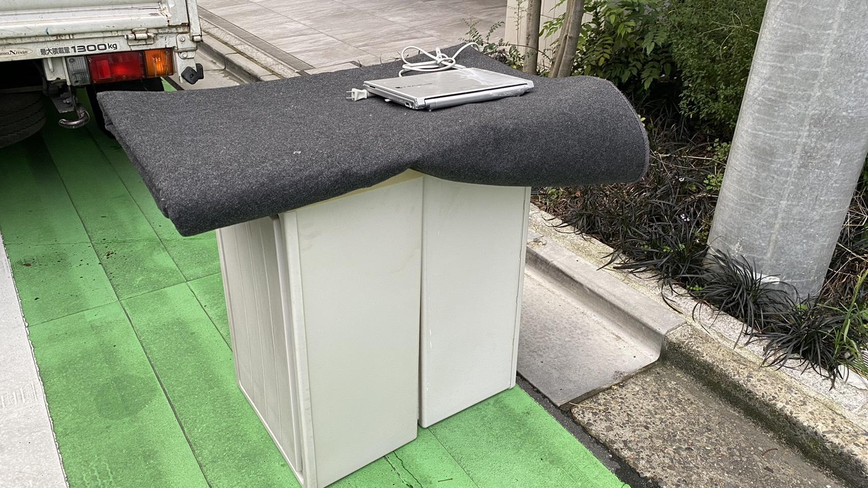 収納ボックス、カーペット、パソコンの回収前