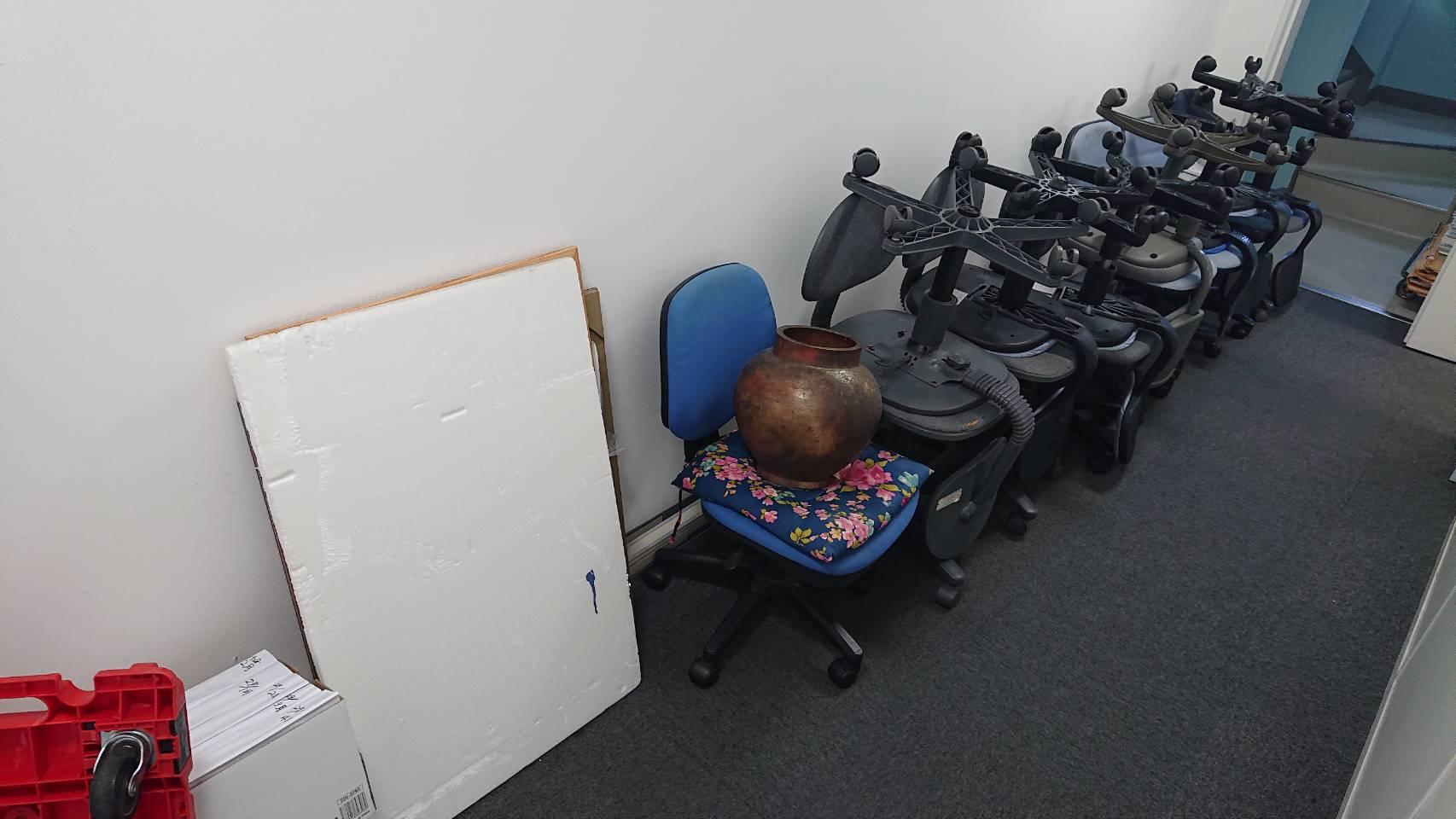 椅子などの不用品の回収前