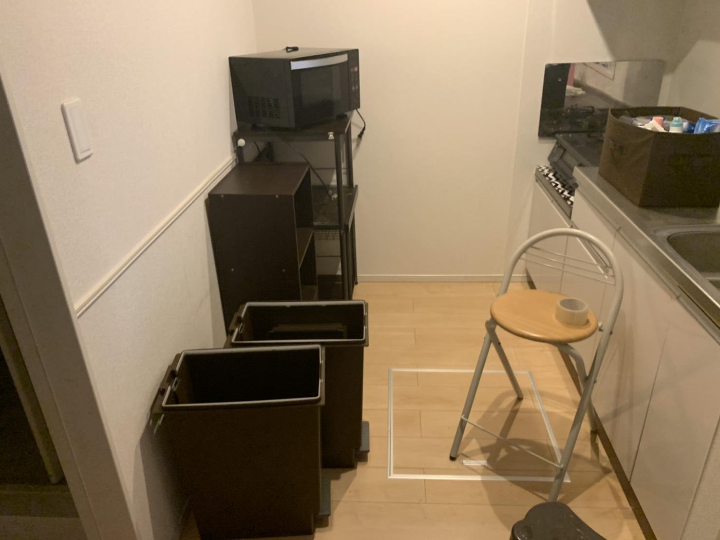 電子レンジ、ゴミ箱、カラーボックス、レンジ台、椅子の回収前