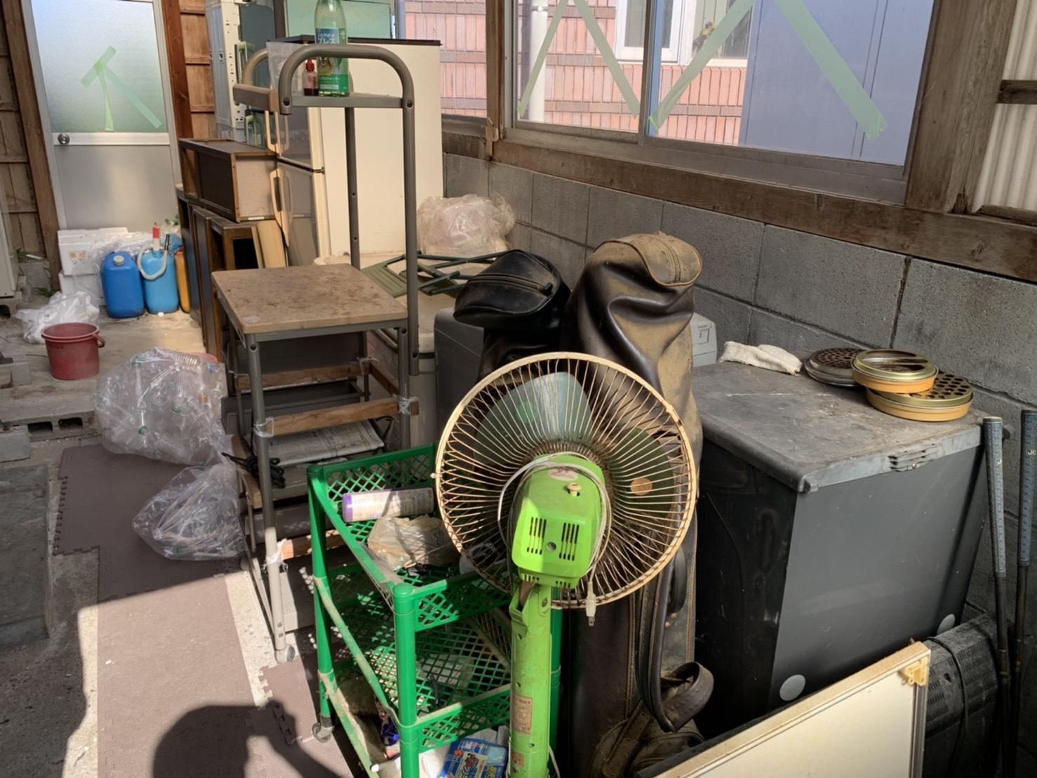 倉庫内の家電製品や収納用品の回収前
