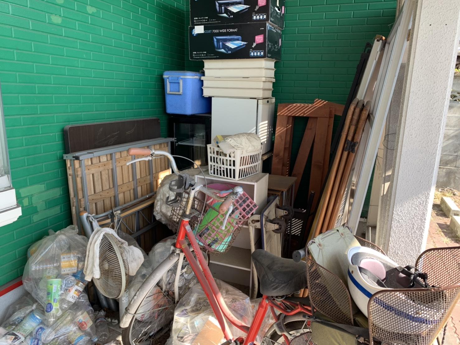 自転車、冷蔵庫、その他の不用品の回収前