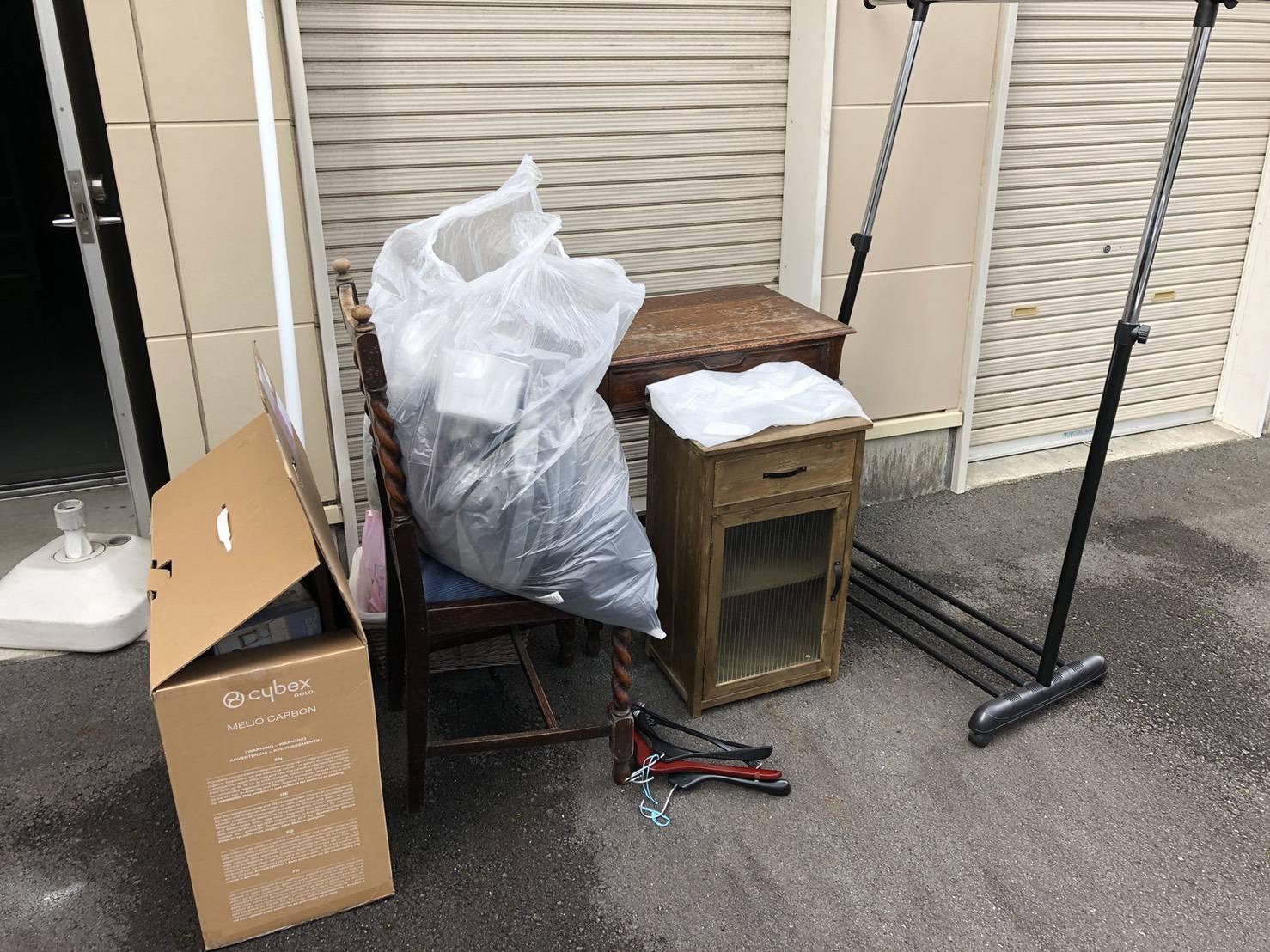 椅子、テーブル、ハンガーラックの回収前