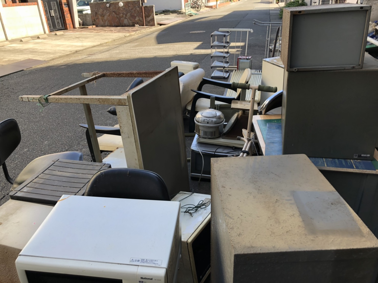 テーブル、レンジ、炊飯器、椅子、キックボードの回収前