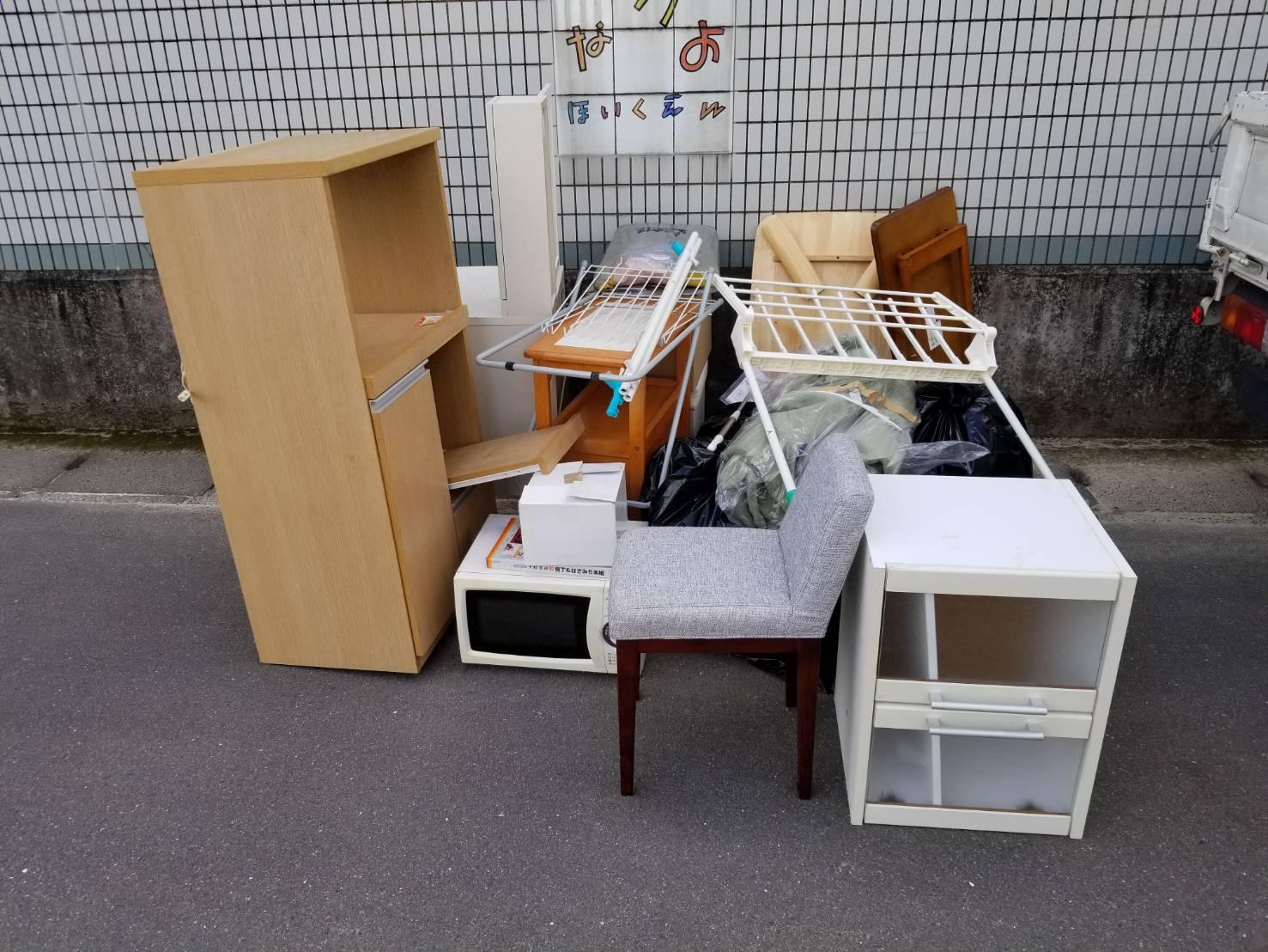 レンジ、椅子、テーブル、収納棚の回収前