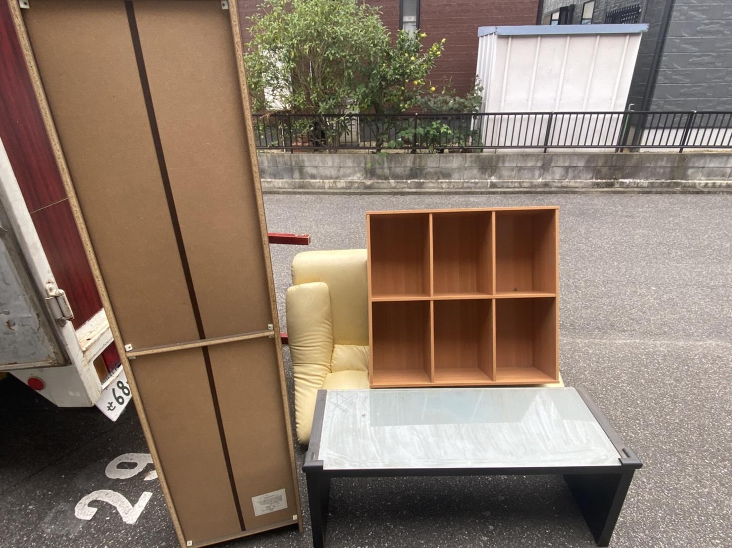カラーボックス、テーブル、ソファー、クローゼットの回収前