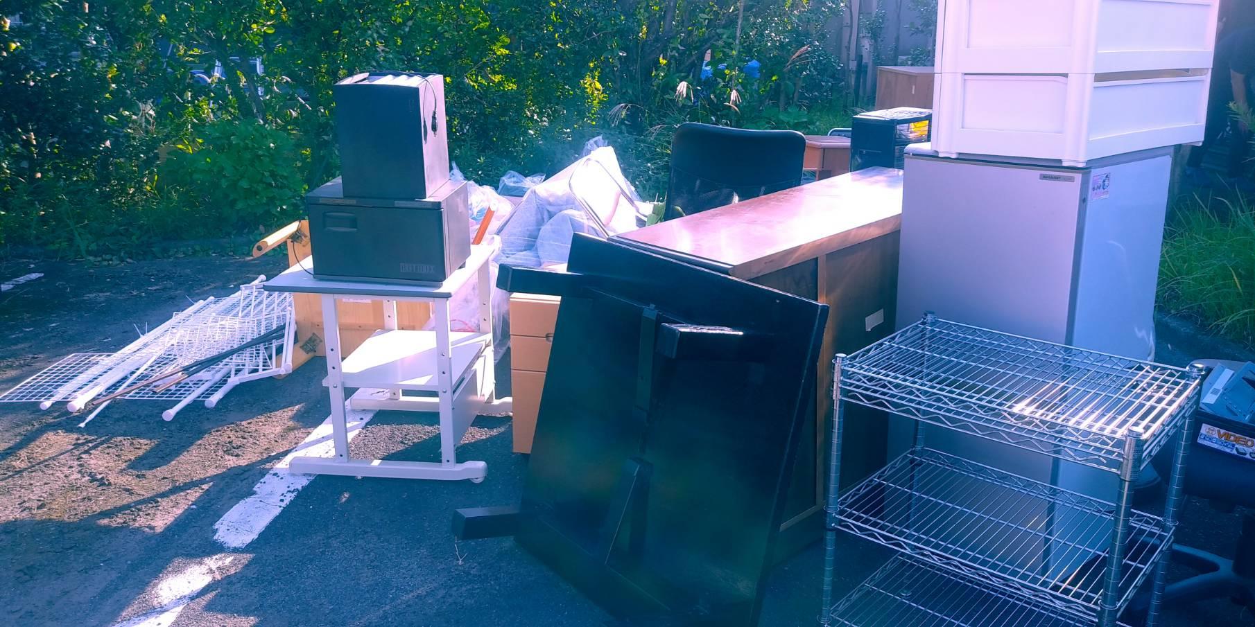冷蔵庫、スチールワゴン、テーブル、椅子の回収前
