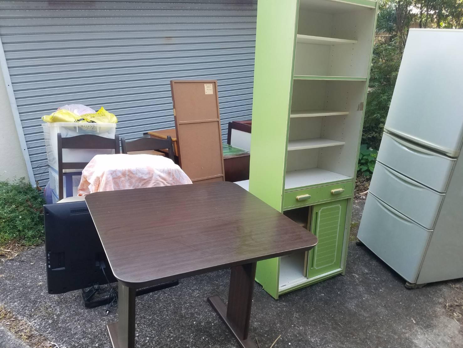 食器棚、冷蔵庫、テレビ、テーブル、椅子の回収前