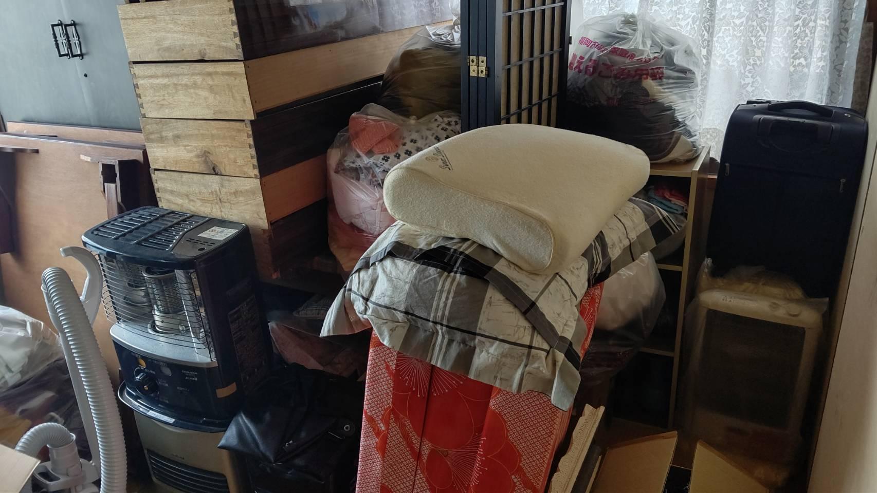 枕、マットレス、衣類、カラーボックス、スーツケースの回収前