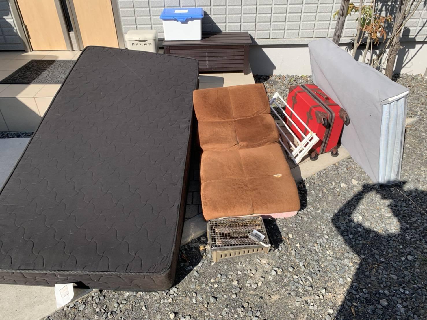 マットレス、スーツケース、リクライニングチェアの回収前