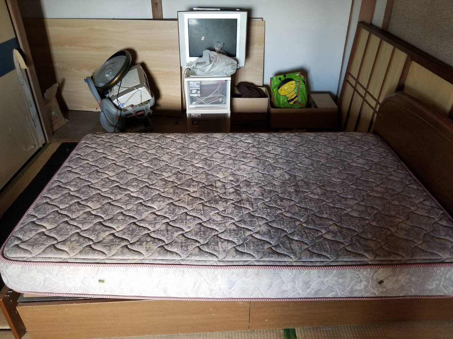 ベッド、マットレス、テレビの回収前