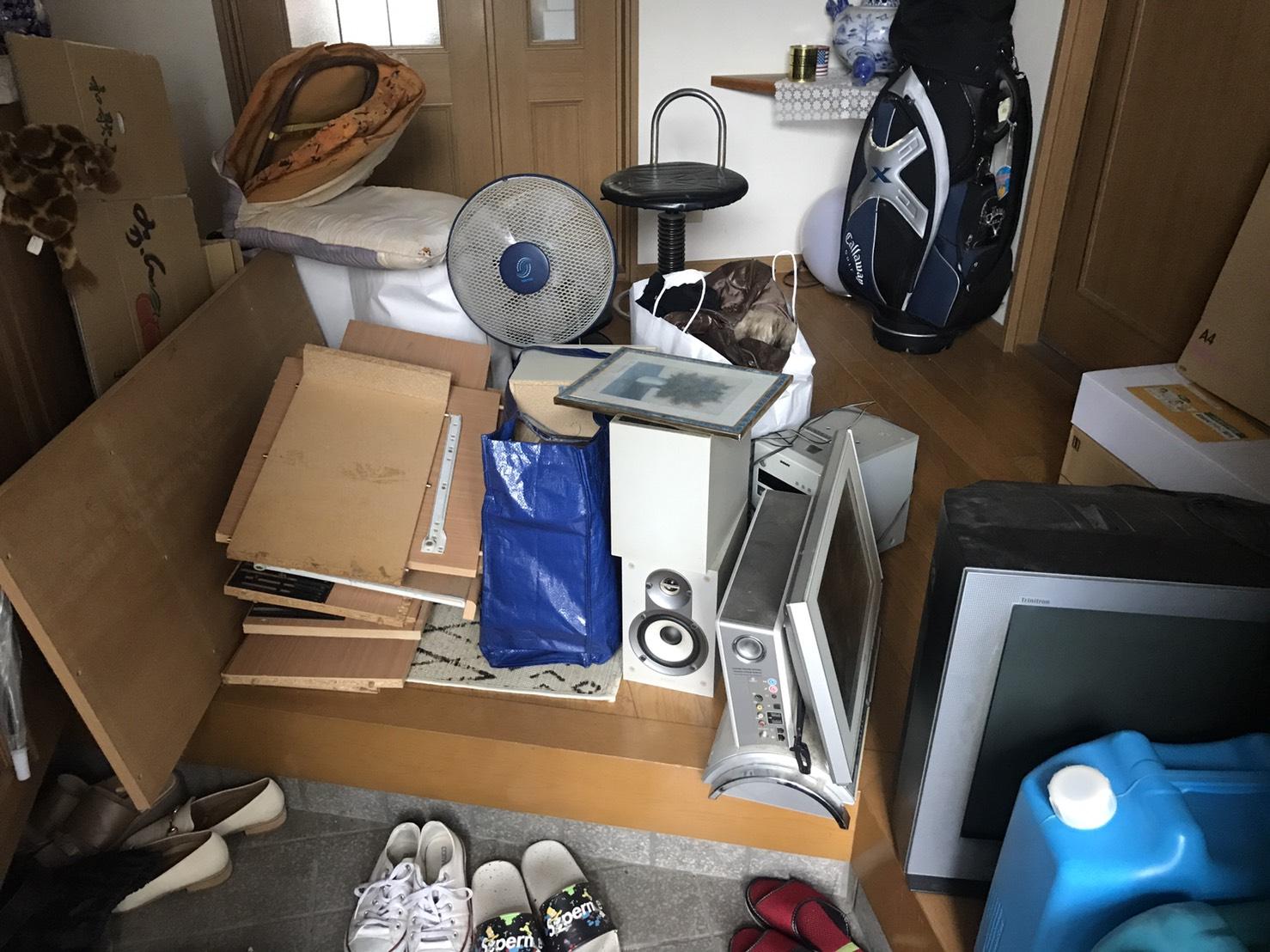 テレビ、収納棚、その他不用品の回収前
