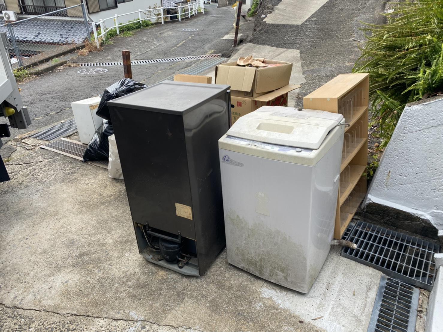 洗濯機、冷蔵庫、本棚の回収前