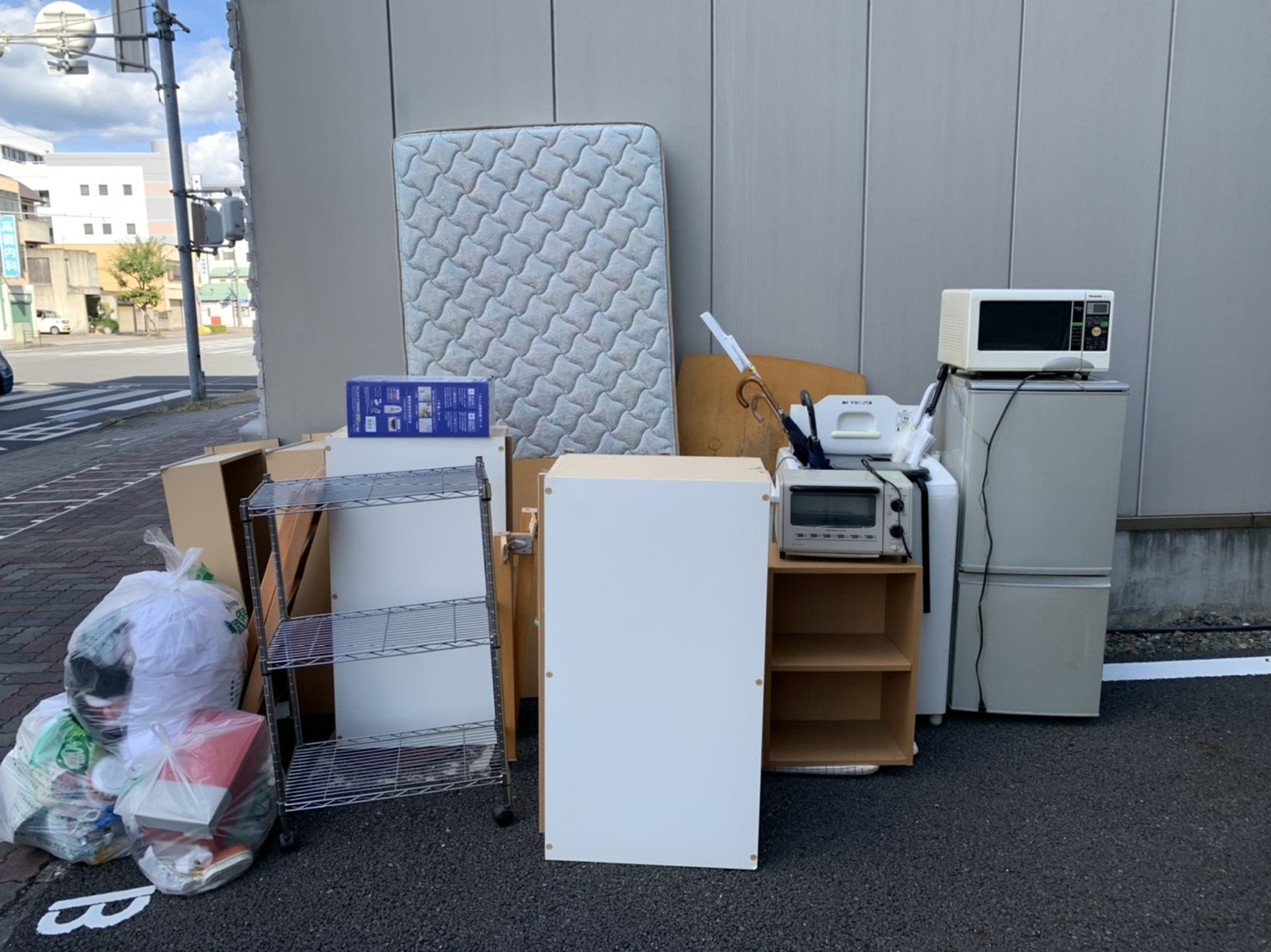 レンジ、オーブン、冷蔵庫、カラーボックス、マットレス、洗濯機の回収前