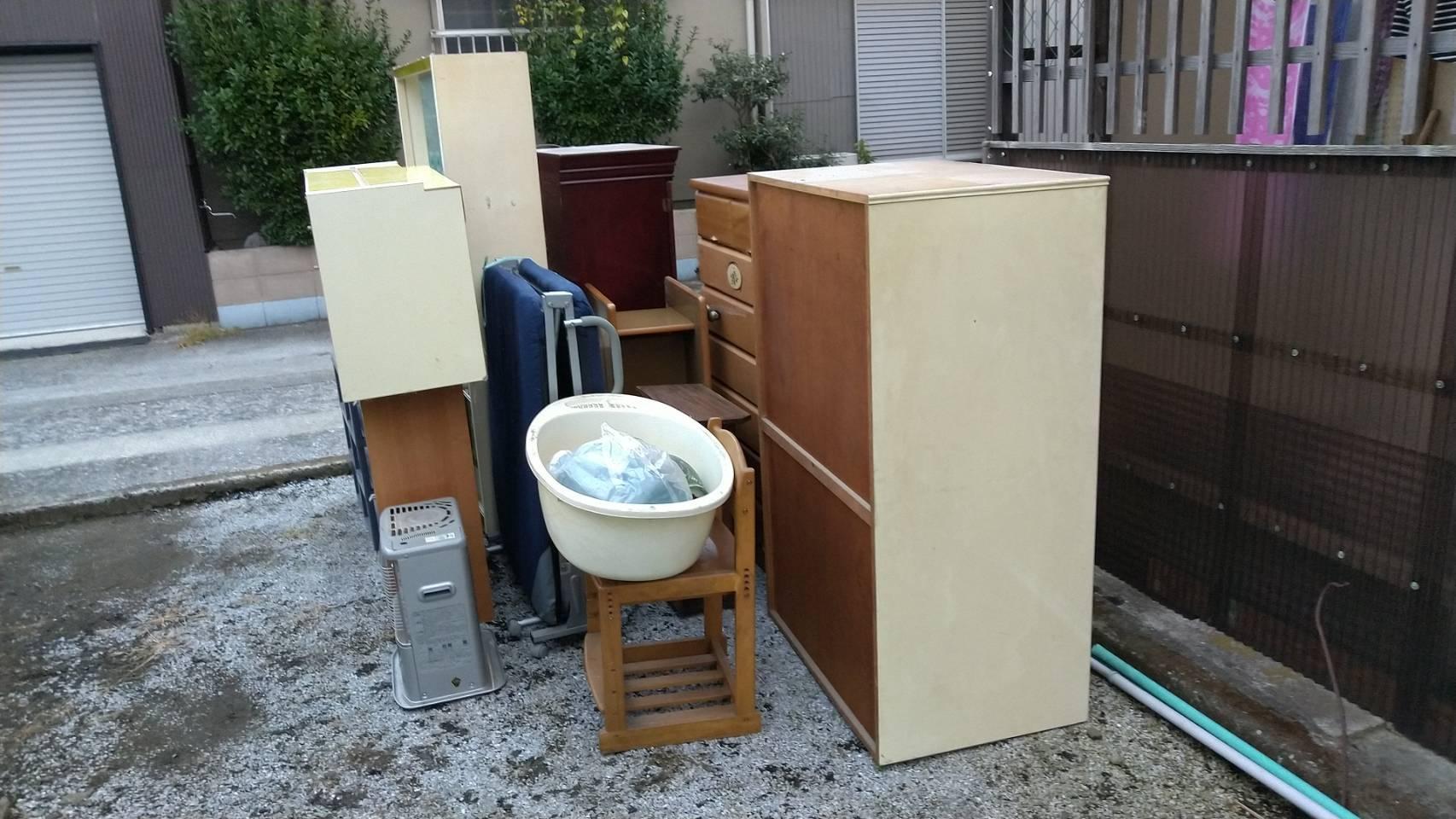 タンス、ストーブ、椅子、ベッド、食器棚の回収前