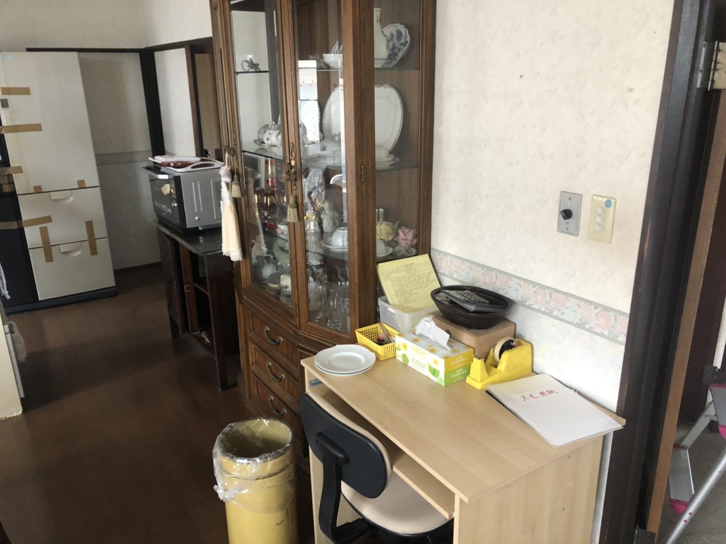 食器棚、食器、レンジ、デスク、冷蔵庫、椅子の回収前